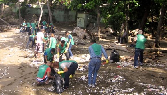 limpeza em praia - Nova Acrópole República Dominicana